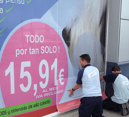 Instalación de vinilos en comercios de Sevilla
