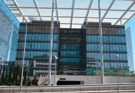 Instalación de láminas solares en edificios